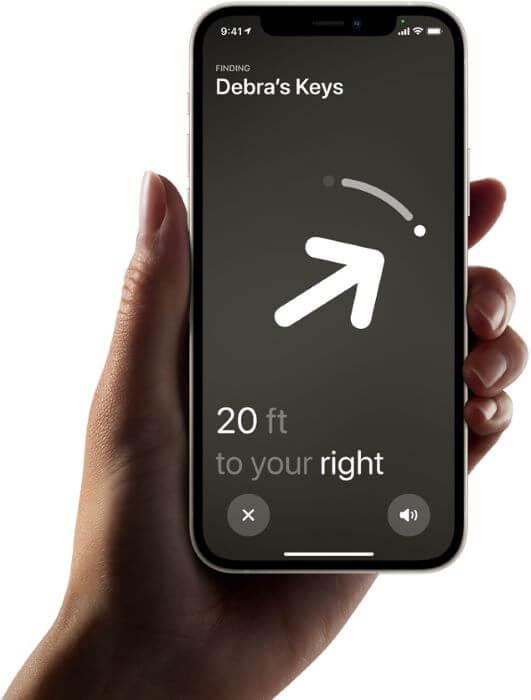 आईफोन में एयरटैग की लोकेशन खोजी जा रही है।